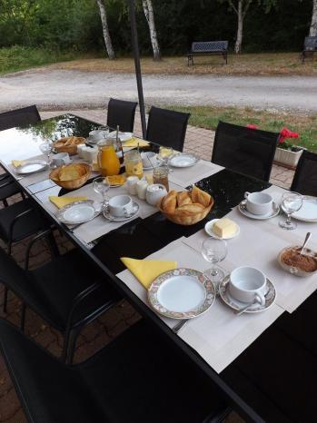 Table du petit déjeuner servi en terrasse